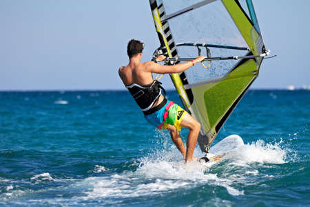 wind surf: Vista trasera de windsurf hombre de salpicaduras de agua Foto de archivo