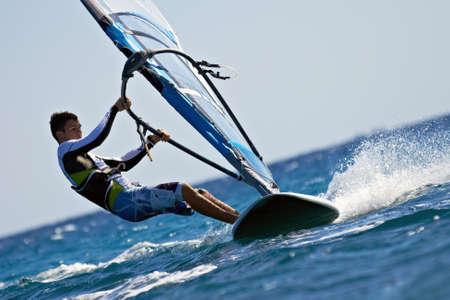 windsurf: Vista lateral de la joven windsurfista de cerca Foto de archivo