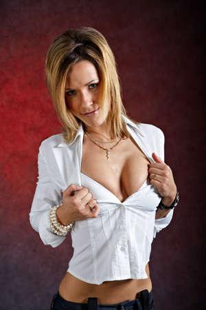 seducing: Piuttosto giovane donna in abiti sexy posa su sfondo scuro