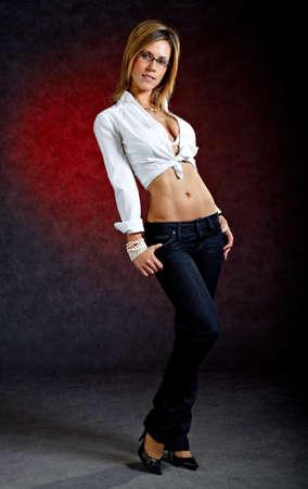 seducing: Colpo Lunghezza completa di giovane donna in abiti sexy e bicchieri Archivio Fotografico