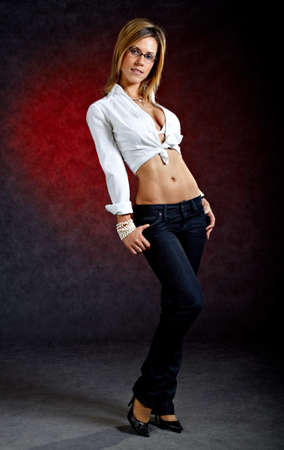 secretaria: Tiro de cuerpo entero de una mujer joven posando en ropa sexy y gafas
