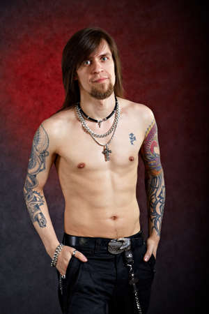 tattoed: Brutal el hombre reflexivo con el tatuaje que miran de frente