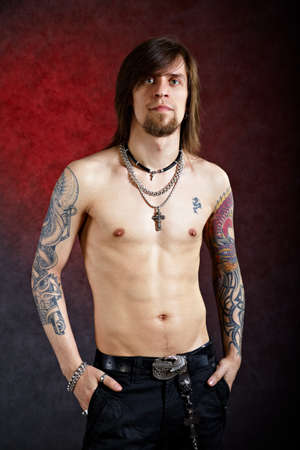 Brutal bedachtzame man met tattoo op zoek voor Stockfoto