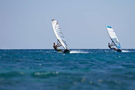 Twee windsurfers in actie mooving parallel aan andere eath Stockfoto