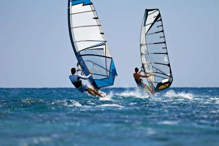 Windsurfers in actie op heldere zonnige dag Stockfoto