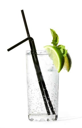 Wodka tonic cocktail geïsoleerd op een witte achtergrond