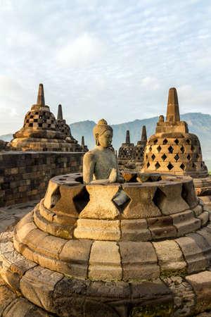 Estatua de Buda en el interior de una de las estupas templo de Borobudur, Java Island, Indonesia Foto de archivo - 15076010