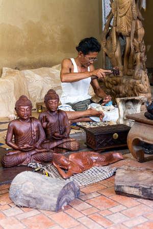A man is making wooden crafts  in Indonesia Standard-Bild