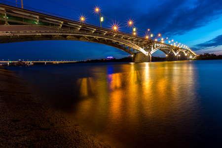 Brug op een rustige nacht in Nizhny Novgorod met vage reflecties