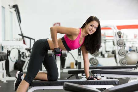Jonge vrouwen hebben een training in de sportschool in de camera kijken Stockfoto