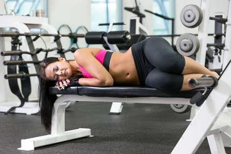 Jonge vrouwen neemt een pauze in de sportschool