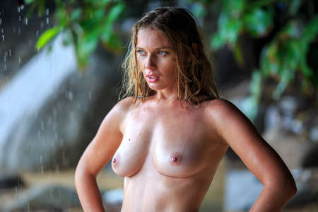 Sensuality Blonde Naked Woman Posing At The Beach Under The Rain Imagens