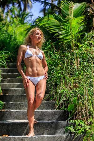 down the stairs: Mujer caminando por las escaleras en la naturaleza tropical