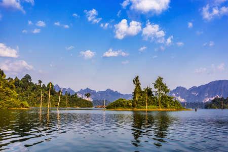 Parque Nacional de Khao Sok, lago Cheow Lan, Surat Thani, Tailandia en día soleado