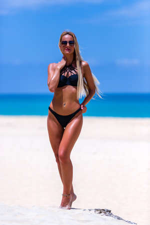 Sexy Frau im schwarzen Badeanzug posiert am Strand von Karon, Phuket, Thailand?