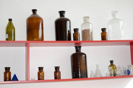 material de vidrio: Conjunto de objetos de vidrio en el laboratorio de qu�mica.