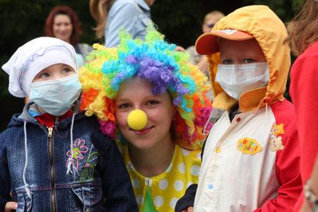 ni�os enfermos: TOMSK, Rusia - el 25 de julio: Festival Bubbles, organizado por la Fundaci�n para ni�os con c�ncer de la sangre Petrova Alena de fondo en ciudad jard�n, Tomsk, Rusia, 25 de julio de 2009.  Editorial
