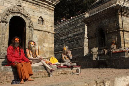 alms: Katmand�, NEPAL - 2 de enero: Sadhu (Santo hombre) que buscan limosna delante del templo de Pashupatinath, a orillas del r�o Baghmati, en Katmand�, Nepal, el 2 de enero de 2009.