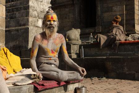 limosna: Katmand�, NEPAL - el 2 de enero: Sadhu (hombre santo) que buscan limosna frente al templo de Pashupatinath en las orillas del r�o Baghmati, el 2 de enero de 2009 en Katmand�, Nepal.