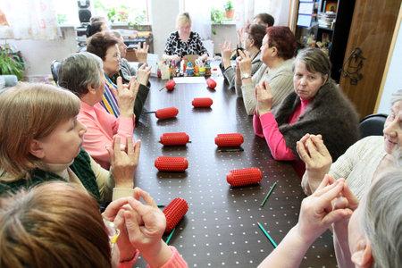 ergotherapie: PODPOROZJE, Rusland - 11 maart: Dag van gezondheid in midden van sociale diensten voor gepensioneerden en de handicap Otrada (ergotherapie voor ouderen), 11 maart 2010 in Podporozje, Rusland.