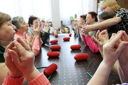 ergotherapie: PODPOROZHYE, Rusland - 11 maart: Dag van volks gezondheid in het centrum van sociale diensten voor gepensioneerden en de gehandicapte Otrada (bezigheids therapie voor ouderen), 11 maart 2010 in Podporozje, Rusland.