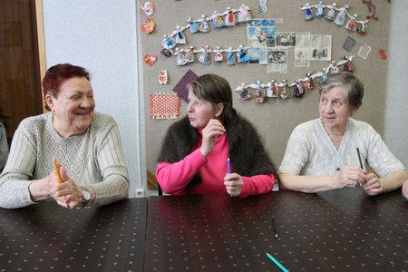 ergotherapie: PODPOROZHYE, Rusland - 11 maart: Dag van volks gezondheid in het centrum van sociale diensten voor gepensioneerden en de gehandicapte Otrada (bezigheids therapie voor ouderen), 11 maart 2010 in Podporozje, Rusland. Redactioneel