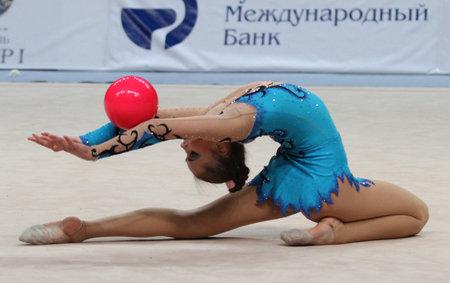 rhythmic gymnastics: Moscú, Rusia - 20 de febrero: Torneo internacional en rítmica Gimnasia Grand Prix Copa campeones de Gazprom, el 20 de febrero de 2010 en Moscú, Rusia.  Editorial