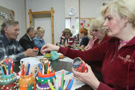 terapia ocupacional: PODPOROZHYE, Rusia - el 4 de junio: D�a de salud en el centro social servicios para los jubilados y los discapacitados Otrada (terapia ocupacional para eldery), el 4 de junio de 2010 en Podporozhye, Rusia.