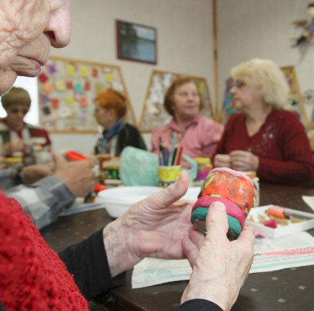 ergotherapie: PODPOROZHYE, Rusland - 4 juni: Dag van volks gezondheid in het centrum van sociale diensten voor gepensioneerden en de gehandicapte Otrada (bezigheids therapie voor ouderen), 4 juni 2010 in Podporozje, Rusland.