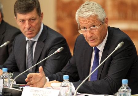 Thorbj�¸rn Jagland (rechts) is een Noorse politicus voor de Labour-partij, en de secretaris-generaal van de Raad van Europa, de achtergrond vice-premier van de Russische Federatie, de heer Dmitry Kozak, tijdens een 15 CEMAT-conferentie in Moskou (Raad Stockfoto - 7438752