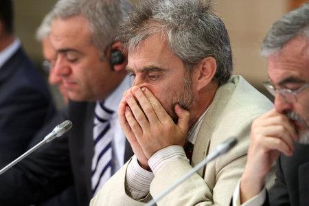 Een niet-geïdentificeerde deelnemer, tijdens een 15 CEMAT-conferentie in Moskou (conferentie van ministers van ruimtelijke ordening van de Raad van Europa verantwoordelijk voor ruimtelijke / regionale planning), 8 juli 2010, Moskou, Rusland. Stockfoto - 7438757