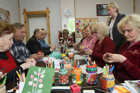 ergotherapie: PODPOROZJE, Rusland - 4 juni: Dag van de volks gezondheid in midden van sociale diensten voor gepensioneerden en de handicap Otrada (bezigheids therapie voor ouderen), 4 juni 2010 in Podporozje, Rusland.