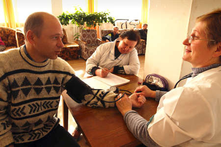terapia ocupacional: D�a de salud en el centro social de servicios para jubilados y el Otrada discapacitado (terapia ocupacional para eldery), Podporozhye, Rusia, 14 de abril de 2010. Editorial