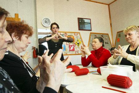 ergotherapie: Dag van volksgezondheid in midden van sociale diensten voor gepensioneerden en de handicap Otrada (ergotherapie voor ouderen), Podporozje, Rusland, 14 April 2010. Redactioneel