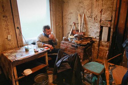 hombre pobre: PODPOROZHYE, Rusia - 23 de septiembre: Actividades para el D�a Internacional de las Personas de Edad: pobre hombre, un centro de clientes de servicios sociales para jubilados, 23 de septiembre de 2011 en Podporozhye, Rusia.