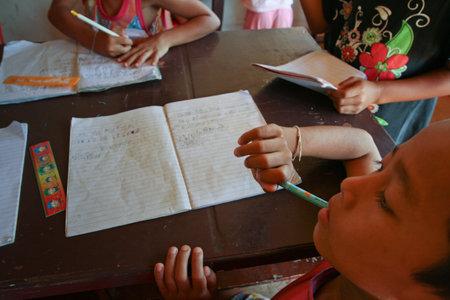 megfosztott: Khao Lak, Thaiföld - január 6: Ismeretlen gyerekek leckét az iskolában projekt kambodzsai Kids Care segíteni a hátrányos helyzetű gyermekek a hátrányos helyzetű térségekben az oktatási, január 6-án 2012 Ko Chang, Thaiföld Sajtókép