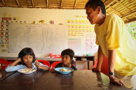 megfosztott: Khao Lak, Thaiföld - január 6: Ismeretlen gyermekek az osztályteremben ebédidőben az iskolai projekt kambodzsai gyerekek ellátást, hogy segítsen a hátrányos helyzetű gyermekek a hátrányos helyzetű térségekben, január 6-án 2012 Ko Chang, Thaiföld. Sajtókép