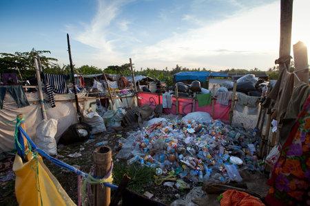 Bali, Indonesia - 11 de abril: Los residuos en el vertedero de la isla de Bali el 11 de abril de 2012 en Bali, Indonesia. Bali produce diariamente 10.000 metros c�bicos de residuos.