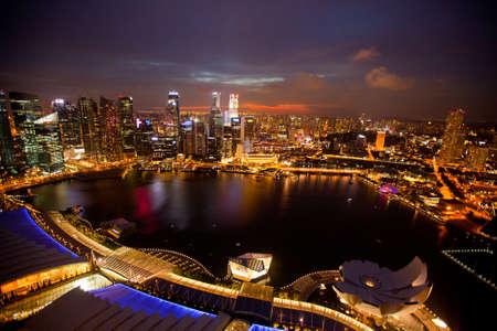 jachthaven: Een blik van Singapore vanaf het dak Marina Bay hotel, in de nacht de tijd Stockfoto