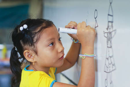 megfosztott: GUAYAQUIL, ECUADOR - FEBRUARY 8: Unknown kid in lesson drawing in primary school by project to help deprived children in deprived areas with education, February 8, 2011 in Guayaquil, Ecuador.