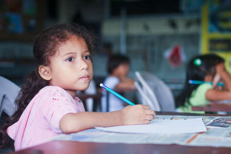 megfosztott: GUAYAQUIL, Ecuador - február 8: Ismeretlen gyerekek leckét rajz az általános iskolában a projekt, hogy segítse a hátrányos helyzetű gyermekek a hátrányos helyzetű térségekben az oktatási február 8., 2011 Guayaquil, Ecuador.