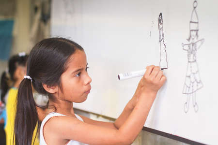 megfosztott: GUAYAQUIL, Ecuador - február 8: Ismeretlen gyerek leckét rajz az általános iskolában a projekt, hogy segítse a hátrányos helyzetű gyermekek a hátrányos helyzetű térségekben az oktatási február 8., 2011 Guayaquil, Ecuador.