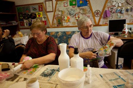 ergotherapie: PODPOROZHYE, Rusland - 4 mei: Dag van Gezondheid in Centrum van sociale voorzieningen voor gepensioneerden en gehandicapte Otrada (ergotherapie voor ouderen), 4 mei 2012 in Podporozhye, Rusland. Redactioneel