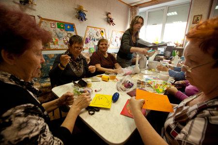 ergotherapie: PODPOROZHYE, Rusland - 4 mei: Dag van gezondheid in Center van sociale diensten voor gepensioneerden en gehandicapten Otrada (bezigheidstherapie voor ouderen), 4 mei 2012 in Podporozhye, Rusland.