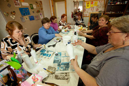 ergotherapie: PODPOROZHYE, Rusland - 4 mei: Dag van volks gezondheid in Center van sociale diensten voor gepensioneerden en gehandicapten Otrada (bezigheidstherapie voor ouderen), 4 mei 2012 in Podporozje, Rusland.