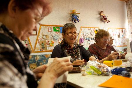 ergotherapie: PODPOROZHYE, RUSLAND - 4 mei: Dag van de Gezondheid in Centrum van sociale voorzieningen voor gepensioneerden en gehandicapten Otrada (bezigheidstherapie voor ouderen), 4 mei 2012 in Podporozhye, Rusland.