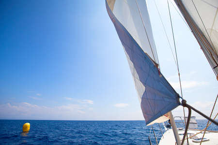 yacht race: Vela imagen abstracta barco de regatas en la meta