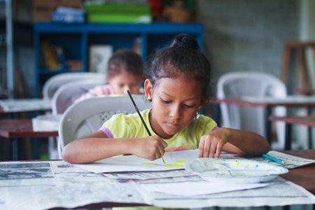 GUAYAQUIL, EKVADOR - 8 Şubat: Guayaquil, Ekvador 8 Şubat 2011 eğitim ile mahrumiyet bölgelerinde yoksun çocuklara yardım için proje tarafından ilköğretim okulunda çizim dersi Bilinmeyen çocuklar.