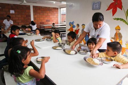 GUAYAQUIL, EKVADOR - 8 Şubat: eğitim ile mahrumiyet bölgelerinde yoksun çocuklara yardım etmek projesi, Guayaquil, Ekvator 8 Şubat 2011 tarafından dersten sonra kafeteryasında öğle yemeğinde Bilinmeyen çocuklar.
