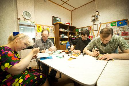 ergotherapie: PODPOROZHYE, Rusland - 3 juli: Dag van de Gezondheid in Centrum van sociale voorzieningen voor gepensioneerden en gehandicapten Otrada (bezigheidstherapie voor ouderen), 3 juli 2012 in Podporozhye, Rusland.